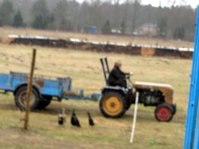 olli am traktor  bienenwerder